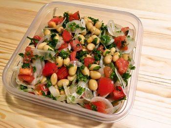 美肌効果や更年期症状の緩和に良いとされる大豆イソフラボンとトマトの栄養がたっぷり摂れるサラダ。1週間ほど日持ちするので、たくさん作って毎日食べましょう。  野菜を全部カットしたら、ドレッシングと和えるだけの簡単レシピ。味がなじんだ方がおいしくなるので、作りたてより少し時間を置いてから食べるのがおすすめ。