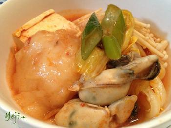 刻んだ桜えびと白玉粉を混ぜて作った海老だんごを、鍋の材料と一緒に煮るだけ。和風鍋にも洋風鍋にもぴったりです。