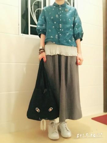 ブルーのブラウスを引き立てる黒usa。洋服との相乗効果で、より愛らしさが演出できます。