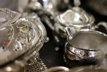 装飾がきれいな物や、繊細な彫りがある銀食器も少しづつ揃えたいアイテムです。