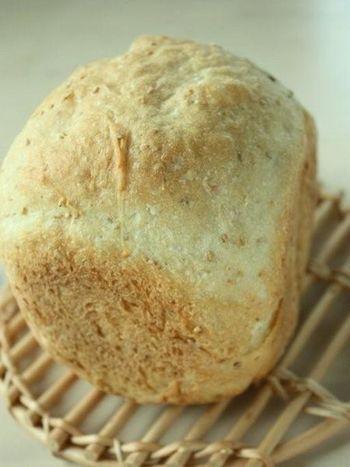 食パンを作る時に白玉粉をプラスすると、外カリッ中もちっが楽しめます。白玉粉の他に、スキムミルクやハチミツ、白すりごまなども使われています。