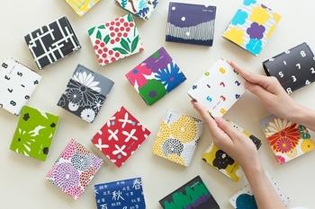 革小物メーカー『クアトロガッツ』と『SOU・SOU』がコラボしたちいさいお財布。ポップで和を感じる可愛らしさ。手のひらにすっぽり収まるコンパクトサイズで、名刺入れとして使うのも◎かさばらず収納力も抜群です。