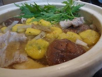 茹でたかぼちゃと絹ごし豆腐を白玉粉と混ぜ合わせてお団子に。胡麻味噌鍋とよく合います。