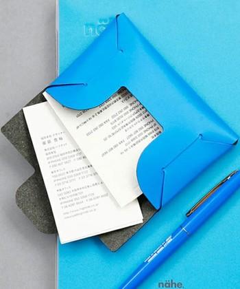 自分で組み立てるリサイクルレザーの名刺入れ。デザインはスタンダードだけど、自分で組み立てる楽しさと愛着の湧くアイデアですね。たっぷり収納出来る機能さも◎。ナチュラルなベージュの他、カラフルなカラーが揃っています。