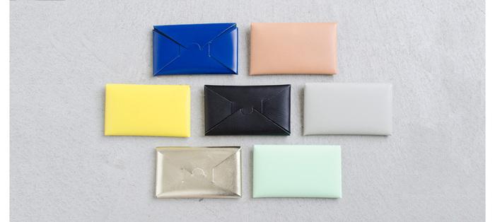 一枚の革を折り込んで作られた『iroma』のシームレスウォレット。名刺入れとしても使えます。ステッチを使わない、なめらかな牛革は、使うごとに手に馴染んで表情を変えていきます。折り紙を連想される素敵なデザインで、きれいな色合いが揃っています。