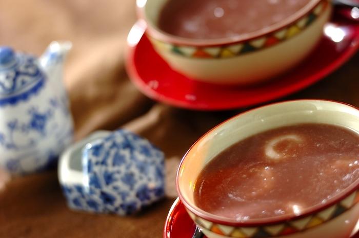 韓国の小豆粥は、茹でた小豆と米を煮て作ったお粥に白玉団子を入れて作られます。冬至に食べる風習があるのだとか。