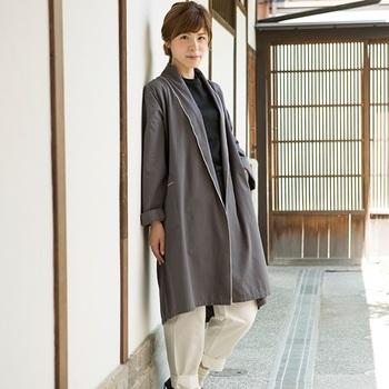 サラリとしたシルエットが大人っぽい「直線裁ちの羽織りコート」。直線裁ちだから、畳むときもシワが寄らずきれいに畳めます。