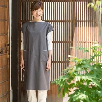 スッキリとした襟回りが印象的なチュニックワンピース。重ね着で一年を通して着られますね。