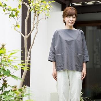 ゆったりとしたプルオーバーシャツは着心地が良さそう。生地の質感を肌で感じられる一枚です。