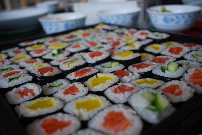 四角いお寿司を一つひとつ作るのは手間がかかりますが、こんな風に海苔巻きでアレンジしてみるのもおすすめ♪まずは簡単な方法からトライしてみてくださいね。