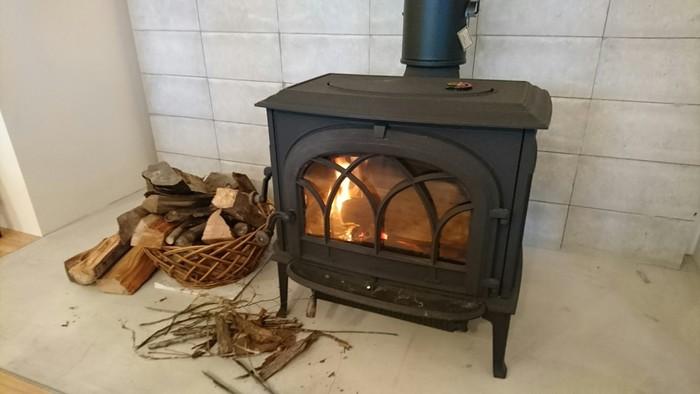 薪ストーブもあるので、パチパチと木のはぜる音を聞きながらくつろげますよ♪