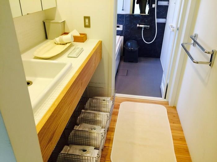 バスルームもありますが、『旅の手帖』ベスト64入りした源泉100%の『指崎の湯』が車で10分ほどのところにあります。