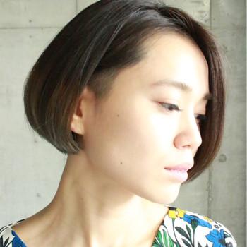 上の画像の前髪をスッキリとさせたようなスタイル。オイルワックスで作るちょっぴりウェットなスタイルが◎