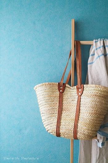 バッグや洋服などを一時的に置く場所としても使えるので、忙しい朝や遅く帰宅した時にも便利ですよね。毎回きちんとクローゼットにしまうのも理想的ですが、時間がない時などは一時的な収納場所があると重宝しますよ♪