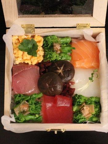 こちらは入れる箱も工夫されたおしゃれなモザイク寿司です。フタ付きで菜の花やしいたけなど野菜も具に使われているので、鮮度に気を付ければお弁当としても良いですね◎