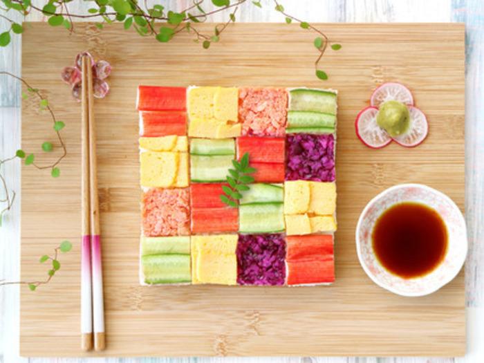 キレイに整った正方形が素敵ですね!全部の色を同じ個数ではなく、ある色合いをポイント使いしてみるのも良いですよ。豪華ですが、カニカマや鮭フレークなどの手に入りやすい材料でできちゃいます♪