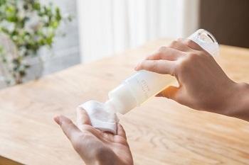 「エリクシール ルフレ」の化粧水・乳液は、スキンバランス処方で肌の皮脂と水分バランスを整えてくれます。水分たっぷり、それでいて表面はべたつかず、毛穴の目立たないすこやかな肌に導きます。冷房がきいた部屋など、肌にとって過酷な環境でもうるおいのある肌に。さらさらとしてベタつかない、夏にも嬉しいテクスチャーです。