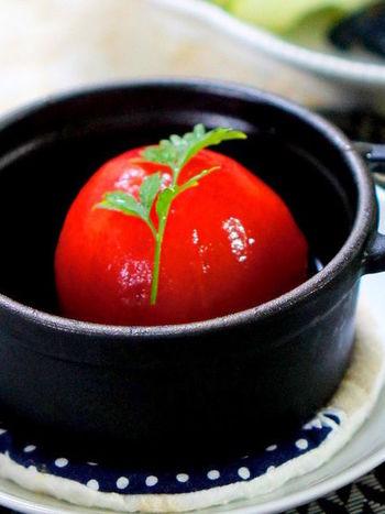 トマトがおいしい季節にぜひ作りたいトマトの煮物。出汁にすし酢を足して酸味を効かせてあります。酢の物の替わりにいかが?