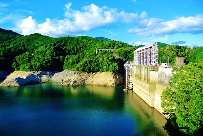 早明浦ダムは、愛媛県の瓶ヶ森を水源とし、高知県を経て徳島県へ注ぎ出る吉野川上流に造られたダムです。