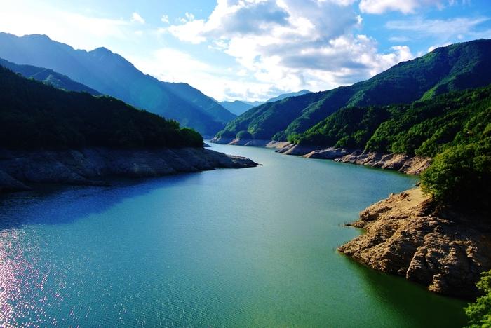 早明浦ダムのダム湖、さめうら湖は人造湖の中でも屈指の規模と景観美を誇り、「ダム湖100選」にも選定されている景勝地です。