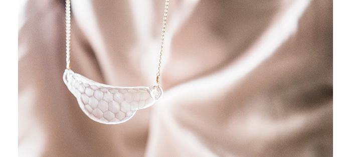 江戸切子の職人が作るネックレス。 カッティングが綺麗なので暗めの照明下などでもいい女度UP。