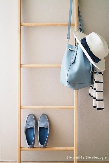 定番アイテムだけで統一してしまうと、少し地味な印象になりがちです。そんな時は「小物」を上手に取り入れて、季節感やトレンド感を演出してみましょう。たとえばこちらのブロガーさんのように、バッグや靴の色でアクセントをつけるのもおすすめです。洋服の色がベーシックカラーでも、小物でいくらでも色を楽しむことができるそうです。