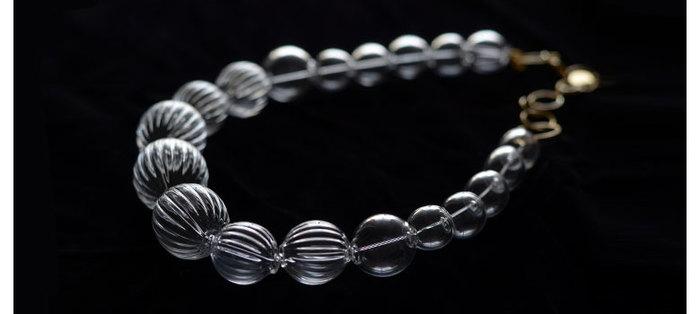 吹きガラスで作られたネックレスは、パールのネックレス代わりにも◎。重すぎず軽すぎず、ちょうど良いアクセントに。