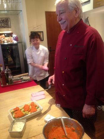 お店で定期的に行われている、ジョバンニさんのお料理教室。お料理にまつわるお話やジョバンニさんの家族のことなど、楽しいトークを聞きながら、とっておきのレシピを目の前で調理!