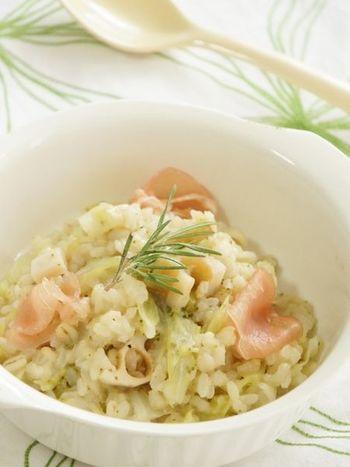 お米にからだを温めてくれる大麦を加えて作るリゾット。玉ねぎの甘みとレンコンのシャキシャキ感が美味しいですよ。食物繊維もたっぷりで、おなかにとっても優しいリゾットです。