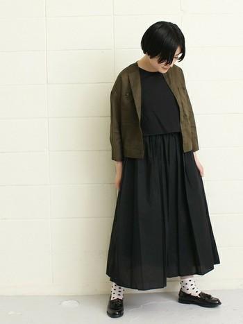 黒ワンピースに合わせて白黒ドット柄の靴下をチョイス。ローファーを履いて、かっちり感を出したことで、大人っぽい着こなしにまとまっています。