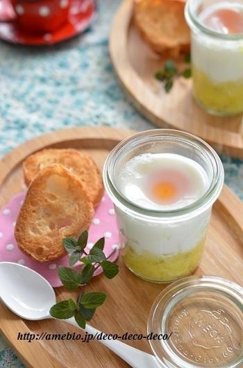トロトロの半熟が重要なエッグスラットを、さつまいもを使って優しい甘みのあるレシピに。 かき混ぜて卵を絡めてパンに塗っていただきます♪フォトジェニックな朝ごはんにぴったり。