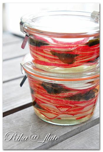 見た目鮮やか、赤大根の酢漬けです。 作り置きのおかずは、毎日の献立を楽にしてくれますね。