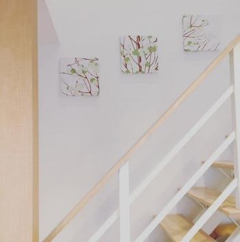 階段のラインに合わせて飾って、動きを演出。窓がなくてもパネルを飾るだけで、奥行きや自然の息吹まで感じられるなんて素敵です。