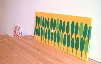 こちらも木のモチーフですが、全く印象が違いますね。鮮やかな黄色と緑の色合いに暖かさを感じます。 床に無造作に置くのも、気取らないラフな感じが出ていいですね。