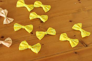 ハギレは、細長く残ってしまう場合も多いですよね。そんな時は、リボンを作ってみてはいかがでしょう。 男の子は蝶ネクタイとしても使ってくださいね。