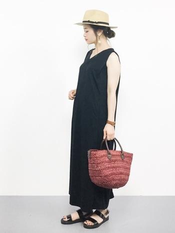 「夏小物×ブラックドレス」のコーディネート。重くなりがちな黒でも、ノースリーブなら涼しく着こなせますね。ボルドーのカゴバッグは秋口にも活躍しそう。