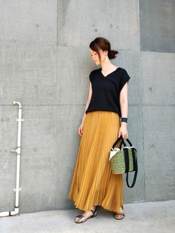意外と着る人を選ばず、着こなしやすいのが「マスタードイエローのスカート」。特にフレアシルエットのロング丈が今年風です。  夏のサンダルやカゴバッグとも相性◎なので、今から秋まで長く使えますよ。