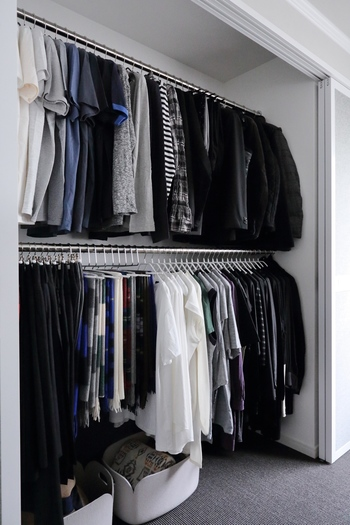 こちらのクローゼットは上段を旦那様の衣類、下段を奥様の衣類と分けているそう。きっちりと分けてあげることで、乱雑になるのを防ぎます。同じハンガーを揃えてあげると、上下で統一感も生まれますね。