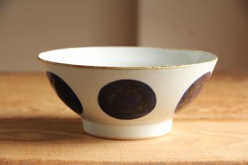 昔、長崎・波佐見でつくられた庶民のための食器で有名な「くらわんか碗」を再現した文様です。手描きの濃淡や筆跡があたたかみを感じることができます。どことなく懐かしさがある食器です。