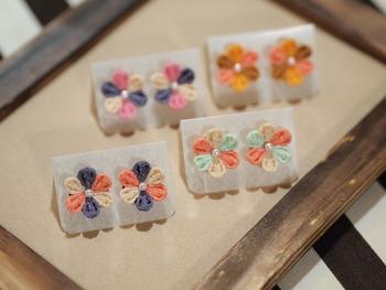 基本の丸つまみで作れるイヤリング。色の組み合わせによって、こんなにかわいらしく、優しい雰囲気になります。