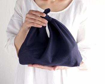 和製エコバッグと言われている、あづま袋。縫うところが少なくカンタンにできるのに、使い勝手が良くて大きさも自由自在です。風呂敷は少し敷居が高いかな…と思っている方にもピッタリ。100円ショップのてぬぐいでも作れますよ。