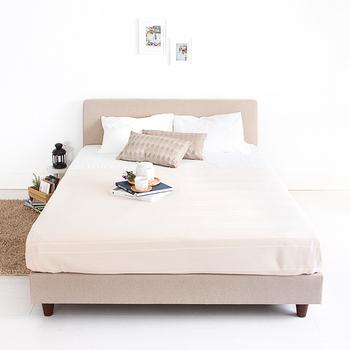 全体のトーンを淡い印象でまとめてあげると、圧迫感の少ないベッドに仕上がります。ベッドの上をいつも整えておくことで、お部屋も広く見えます。