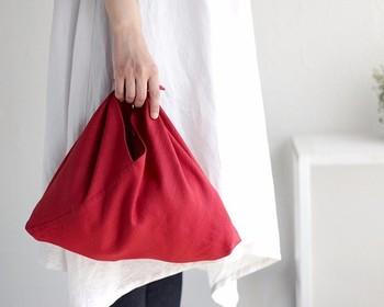 椿の花のような深みのある赤が魅力的なあづま袋。折り柄があしらわれたリネン素材が、程よい渋みもプラスしてくれるから、普段着にも和装にもよく似合います。じゃぶじゃぶ洗えるのも嬉しいポイントです◎