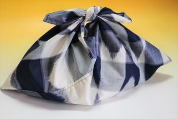 使わなくなった着物のリメイクにもピッタリなあづま袋。正絹紬で作れば、日本らしくリッチな仕上がりに。浴衣や和のお稽古に持てば、さらに上品な装いになりますよ。