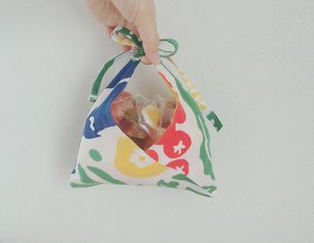 おにぎり1つが入るくらいの小さな布で作れば、プレゼント用のラッピングとしても活躍してくれます。センスと心遣いの光る、素敵なギフトになりますよ♪