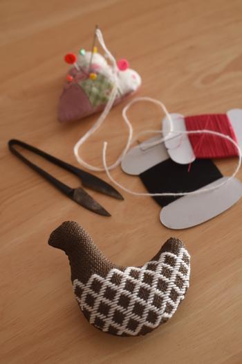 こぎん刺しは、津軽地方に伝わる刺し子の技法。風通しの良い麻を温かく着られるよう、東北の生活の知恵から生まれた刺繍です。他の刺繍と違うのは、偶数ではなく奇数の目を数えて刺す独特の方法。最近では北欧雑貨にも合うということで、若い女性の間でひそかなブームが起きています。