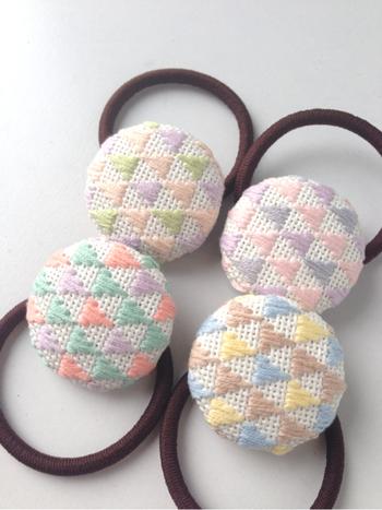 パステルカラーの糸で刺せば、可愛らしくてほっこりするヘアゴムに。くるみボタンは、ブローチにしてもかわいいですよ。