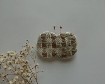 ちょうちょ型がとってキュートなブローチ。布製のこぎん刺しだからこそ、形も自由自在です。
