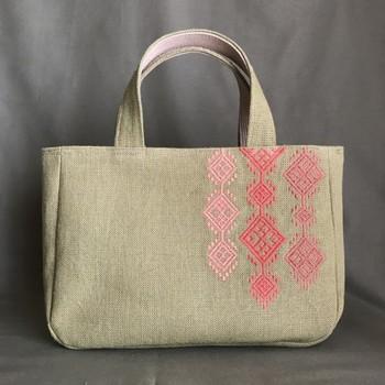 シンプルなトートバッグも、一気に上質なバッグに変身。丁寧に刺すからこそ、大切に使いたくなりますよね。