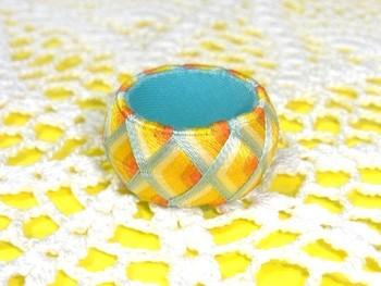 夏至という名前がぴったりな、絹糸の上品で艶やかな光沢が美しい指ぬき。季節のイメージに合わせて、色々なカラーで作るとその時期の風情を感じられそう。